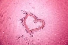 Symbole de coeur tiré par la main sur la plage sablonneuse Photo libre de droits