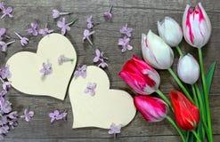 Symbole de coeurs de l'amour et des tulipes sur un fond en bois Photographie stock libre de droits
