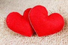 Symbole de deux coeurs de l'amour sur le fond de toile de jute Photo libre de droits