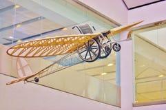 Symbole de fauteuil roulant dans les lignes aériennes pour des personnes de débronchement Images stock