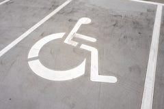 Symbole de fauteuil roulant sur un parking photographie stock