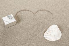 Symbole de forme de coeur dessiné en sable Photographie stock libre de droits