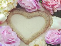 Symbole de forme de coeur fait par des fleurs avec le fond de l'espace Images libres de droits