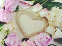 Symbole de forme de coeur fait par des fleurs avec le fond de l'espace Images stock