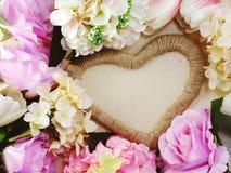 Symbole de forme de coeur fait par des fleurs avec le fond de l'espace Photographie stock