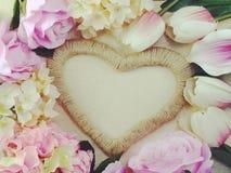 Symbole de forme de coeur fait par des fleurs avec le fond de l'espace Photo stock