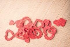 Symbole de forme de coeurs sur le fond en bois Image stock