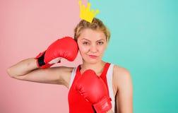 Symbole de gant et de couronne de boxe de femme de princesse Reine de sport Devenez le meilleur dans le sport de boxe Blonde tend photos stock