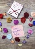 Symbole de jour du ` s de Valentine Boîte-cadeau avec le groupe de roses en forme de coeur sur la table en bois Vue supérieure av Photographie stock