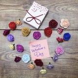 Symbole de jour du ` s de Valentine Boîte-cadeau avec le groupe de roses en forme de coeur sur la table en bois Vue supérieure av Photos stock