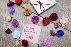 Symbole de jour du ` s de Valentine Boîte-cadeau avec le groupe de roses en forme de coeur sur la table en bois Vue supérieure av Photo libre de droits