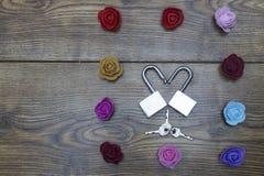 Symbole de jour du ` s de Valentine Boîte-cadeau et deux serrures dans la forme du coeur avec des roses sur la table en bois Vue  Photo stock