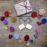 Symbole de jour du ` s de Valentine Boîte-cadeau et deux serrures dans la forme du coeur avec des roses sur la table en bois Vue  Photo libre de droits