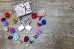 Symbole de jour du ` s de Valentine Boîte-cadeau et deux serrures dans la forme du coeur avec des roses sur la table en bois Vue  Photos stock