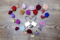Symbole de jour du ` s de Valentine Boîte-cadeau et deux serrures dans la forme du coeur avec des roses sur la table en bois Vue  Photographie stock libre de droits