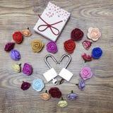 Symbole de jour du ` s de Valentine Boîte-cadeau et deux serrures dans la forme du coeur avec des roses sur la table en bois Vue  Image stock