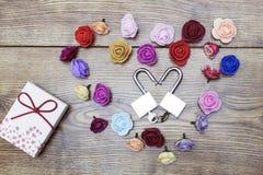 Symbole de jour du ` s de Valentine Boîte-cadeau et deux serrures dans la forme du coeur avec des roses sur la table en bois Vue  Image libre de droits