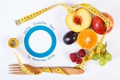 Symbole de jour et de fruits frais de diabète du monde de centimètre Photo libre de droits