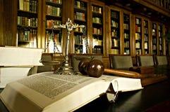 Symbole de justice dans la bibliothèque Photos stock