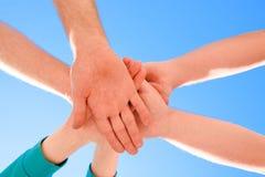 Symbole de l'amitié entre les personnes Mains des personnes contre Photo stock