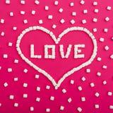 Symbole de l'amour fait de guimauves sur le fond rose Coeur Configuration plate Vue supérieure Image libre de droits