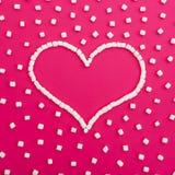 Symbole de l'amour fait de guimauves sur le fond rose Coeur Configuration plate Vue supérieure Photo libre de droits