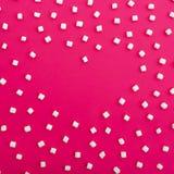 Symbole de l'amour fait de guimauves sur le fond rose Coeur Configuration plate Vue supérieure Image stock
