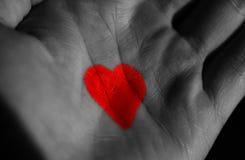 Symbole de l'amour, icône du coeur dessiné sur la main dans le macro Photographie stock libre de droits