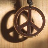 Symbole de l'amour de paix et pas guerre de bois avec l'ombre Photos libres de droits