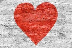 Symbole de l'amour peint sur le mur de briques Images libres de droits