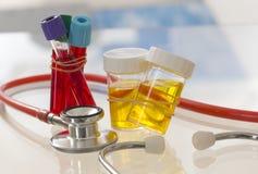 Symbole de la atención sanitaria y de la medicina - muestra de orina y análisis de sangre Foto de archivo libre de regalías