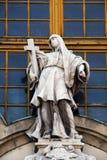 Symbole de la foi, statue sur la façade de l'église de St Anne à Budapest photo stock