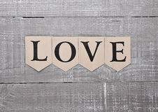 Symbole de lettre d'amour sur la carte de sentiments de conseil en bois Images stock