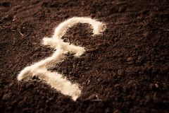 Symbole de livre de logo écrit sur le fond de terre de sable Images stock