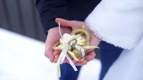 Symbole de mariage, serrure dans des mains des jeunes mariés Les nouveaux mariés fixent la serrure sur le pont comme symbole de l Images libres de droits