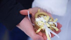 Symbole de mariage, serrure dans des mains des jeunes mariés Les nouveaux mariés fixent la serrure sur le pont comme symbole de l Photo libre de droits