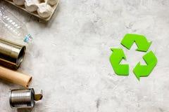 Symbole de recyclage des déchets avec des déchets sur la maquette en pierre de vue supérieure de fond photos libres de droits
