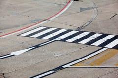 Symbole de route sur l'aéroport de piste Images libres de droits