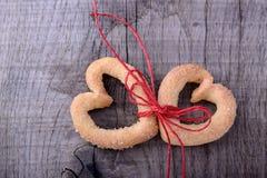 Symbole de Saint-Valentin - deux Biscuit-coeurs photos libres de droits