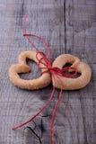 Symbole de Saint-Valentin - deux Biscuit-coeurs image libre de droits