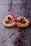 Symbole de Saint-Valentin - deux Biscuit-coeurs photo libre de droits
