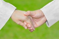 Symbole de soin d'amour, main tenant la main avec Suit&Dress blanc, sexe, Photo libre de droits