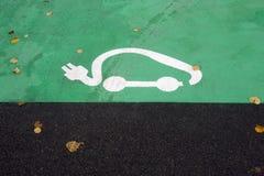 Symbole de stationnement pour les voitures électriques étant chargées image stock