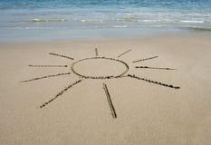Symbole de Sun écrit dans le sable sur la plage tropicale Photo libre de droits