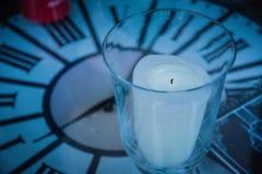 Symbole de temps avec la table et la bougie d'horloge image stock
