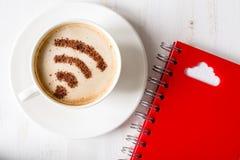 Symbole de WiFi fait de cannelle dans le cuppuccino et le symbole de calcul de nuage Photo libre de droits