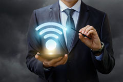 Symbole de WiFi sur l'homme d'affaires de comprimé Photographie stock libre de droits