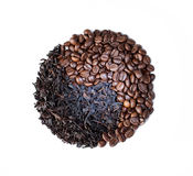 Symbole de yang de Yin fait avec des grains de café Fond blanc Photographie stock libre de droits