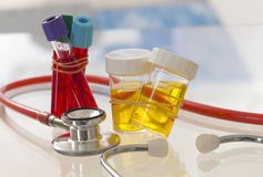 Symbole della medicina e di sanità - campione di urina ed analisi del sangue Fotografia Stock Libera da Diritti