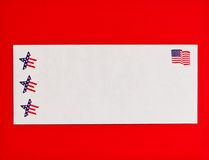 Symbole der amerikanischen Flagge und der Sterne auf Postumschlag Lizenzfreies Stockfoto